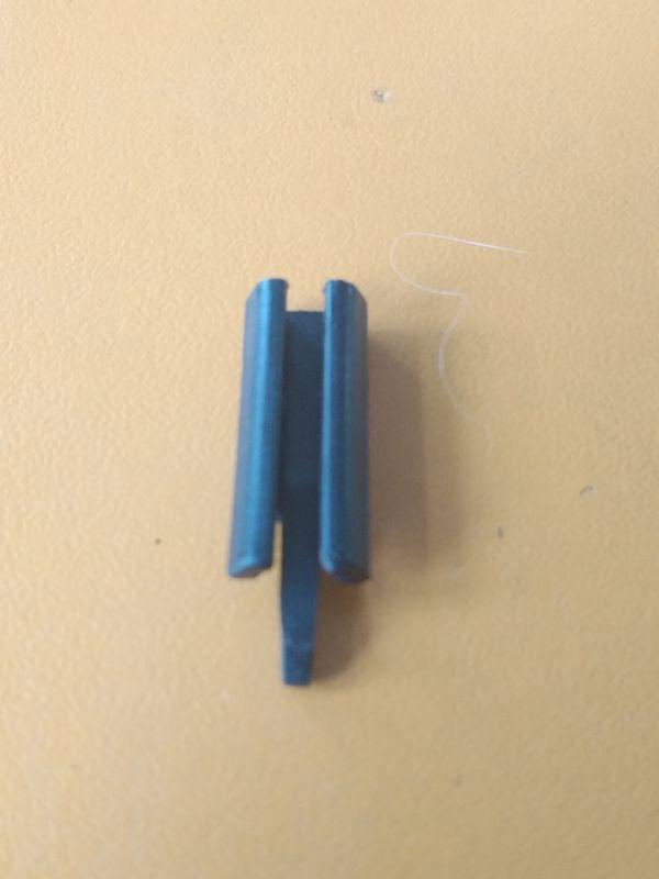 Spona držáků vzduchového filtru Solo 639/645